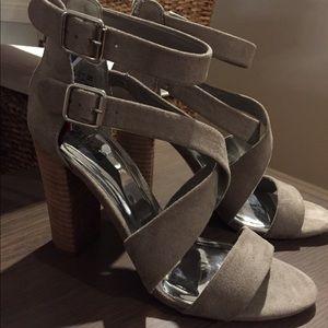 NWT🔥sz9.5 Carlos grey suede stacked heeled 👡